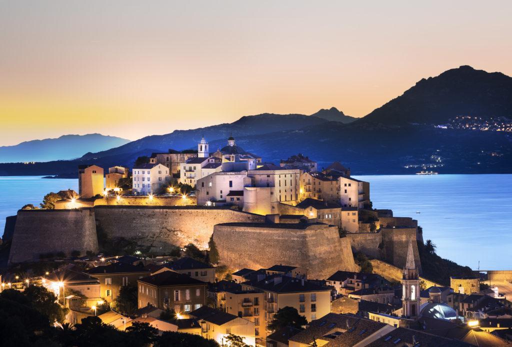 Crédit d'impôt pour investissement en Corse: l'exclusion des meublés de tourisme contestée