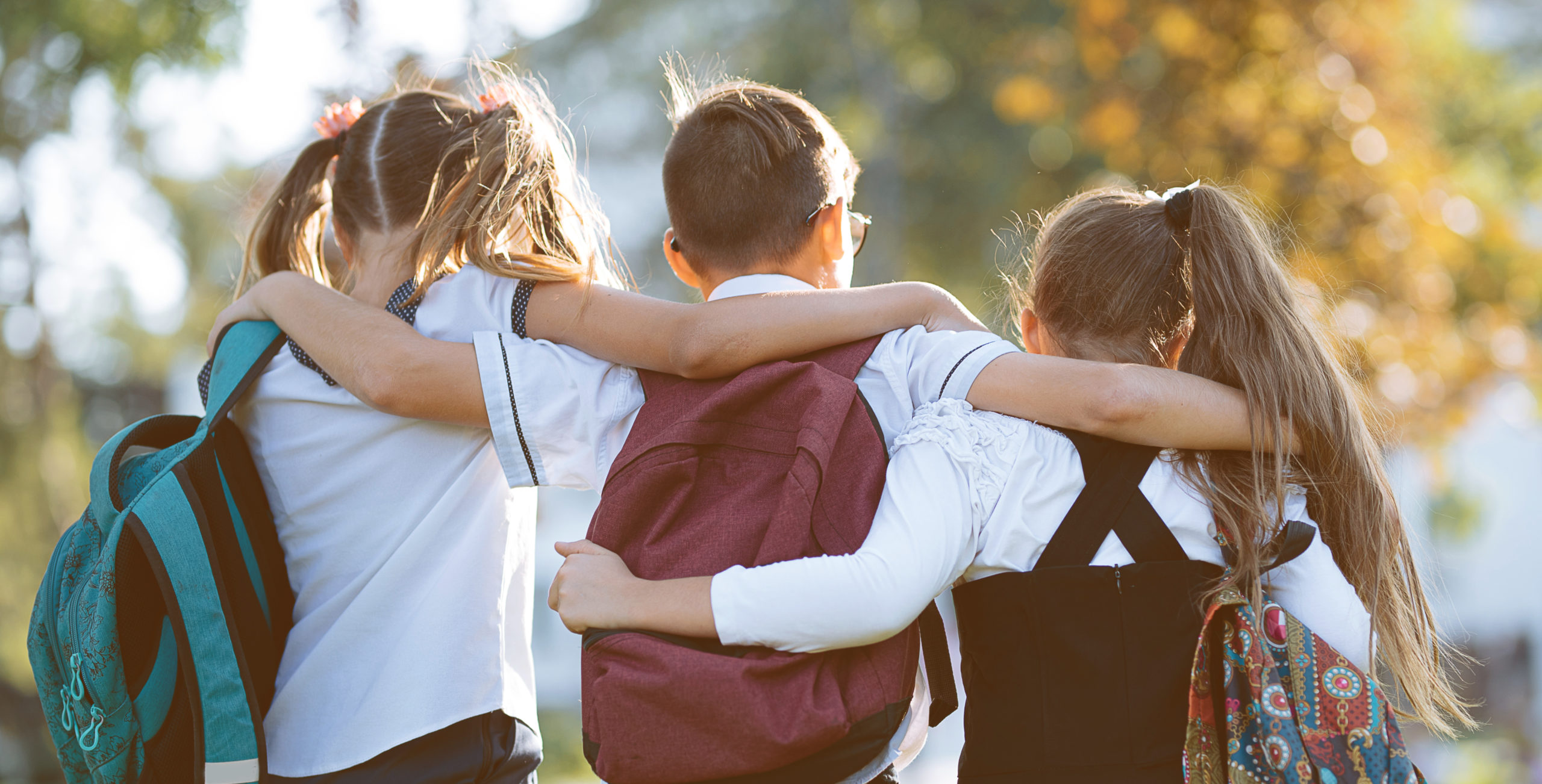 Enfants se tenant par les épaules
