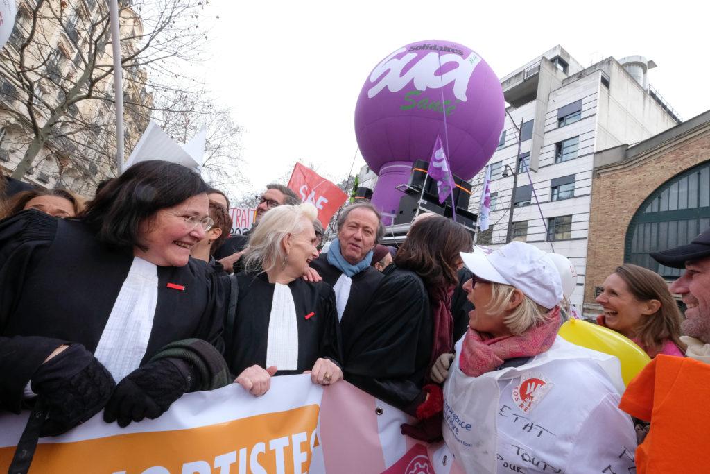 À Paris, les avocats battent le pavé pour défendre leur retraite
