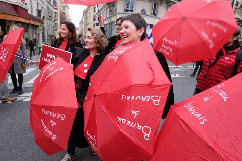 Les avocats battent le pavé parisien pour défendre leur système de retraite
