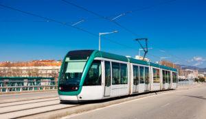 Distinction entre une voie propre aux tramways et une voie de circulation au sens de la Cour de cassation